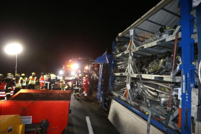 """<p xmlns:php=""""http://php.net/xsl"""">Der Fahrer und der Beifahrer des spanischen Lastzuges verstarben noch an der Unfallstelle, teilte die Polizei am Freitagmorgen mit.</p>"""