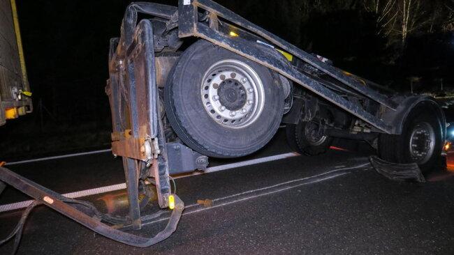 <p>Zur Unfallaufnahme und zur Bergung der Unfallfahrzeuge musste die Autobahn zwischen den Anschlussstellen Zwickau Ost und Zwickau West für mehrere Stunden gesperrt werden.</p>