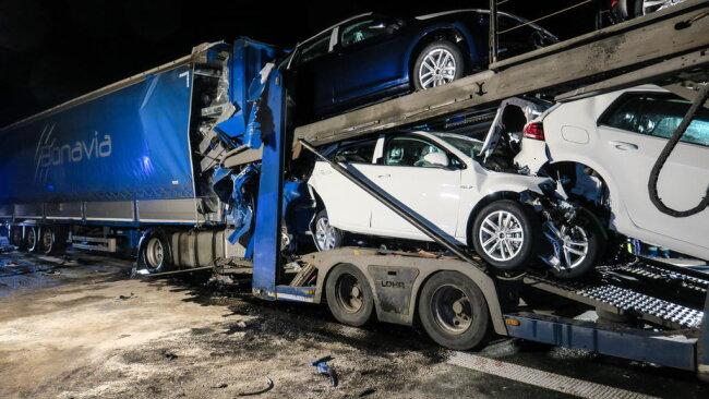 """<p xmlns:php=""""http://php.net/xsl"""">In Höhe des Parkplatzes Niedercrinitz war ein spanischer Lastzug am Stauende auf einem slowakischen Transporter und auf einem polnischen Lastzug aufgefahren.</p>"""