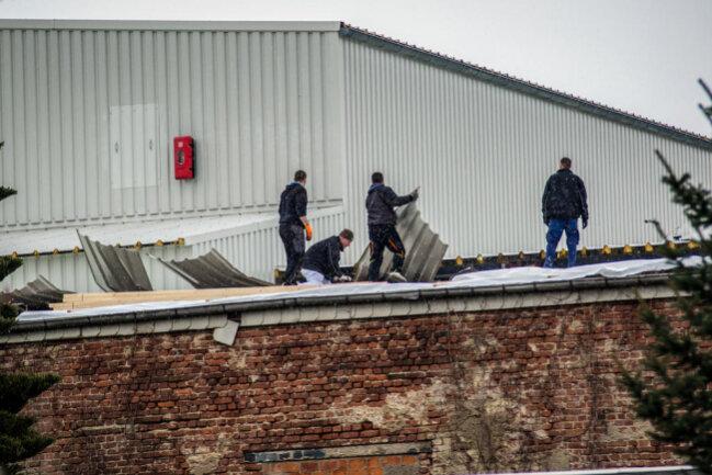 """<p>In Oederan hat Sturm """"Friederike"""" das Dach einer Halle der Firma Mico beschädigt. Am Freitag waren dort die Aufräumarbeiten im Gange.</p>"""
