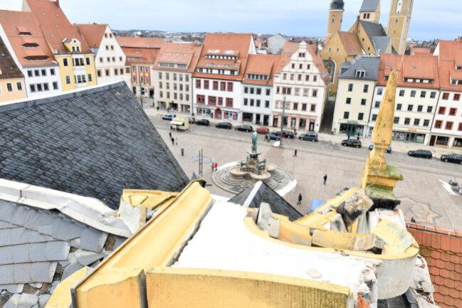 <p>Der Sturm hat das Giebeldach des Freiberger Rathauses beschädigt. Am Freitag waren ein Steinmetzmeister und Mitarbeiter einer Dachdeckfirma vor Ort, um den Schaden mit einer Hebebühne aus nächster Nähe zu begutachten.</p>