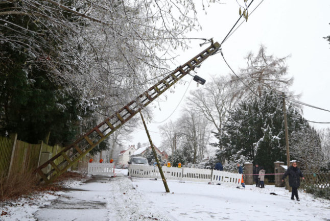 <p>Der Mast einer Stromleitung an der Zwickauer Staatsstraße in Meerane knickte um, nachdem Bäume auf die Leitung gestürzt waren. Es kam zu Stromausfällen. Die Straße musste gesperrt werden.</p>