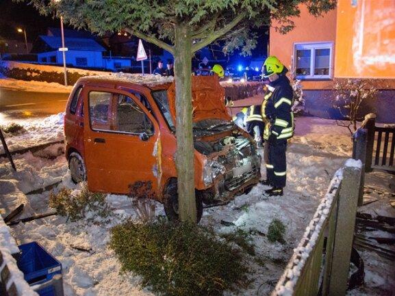 <p>Wie die Polizei mitteilte, befuhr der 66-jährige Opel-Fahrer die Thumer Straße und fuhr an der Kreuzung Thumer Straße und Hauptstraße aus bisher ungeklärter Ursache weiter geradeaus und durchbrach ungebremst einen Gartenzaun.</p>