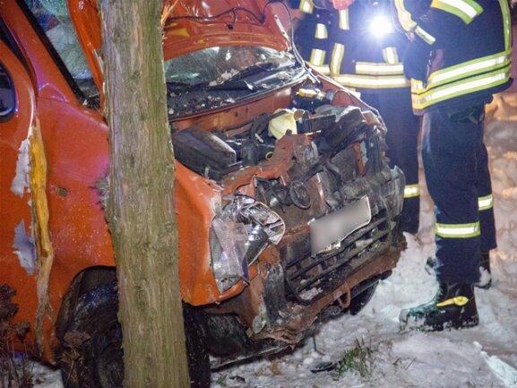 <p>Der 66-Jährige und seine 65-jährige Beifahrerin wurden dabei schwer verletzt.</p>