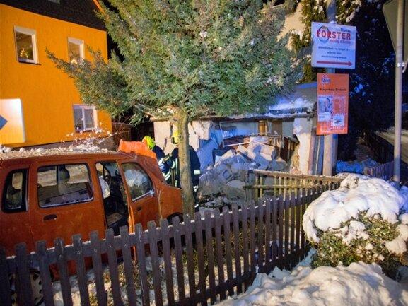 <p>Danach prallte das Fahrzeug gegen eine Garagenmauer, die zum Teil einstürzte.</p>