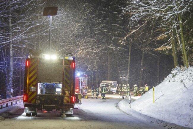 <p>Da der Fahrer des Skoda im Unfallauto eingeklemmt war, musste die Feuerwehr aus Thum anrücken.</p>