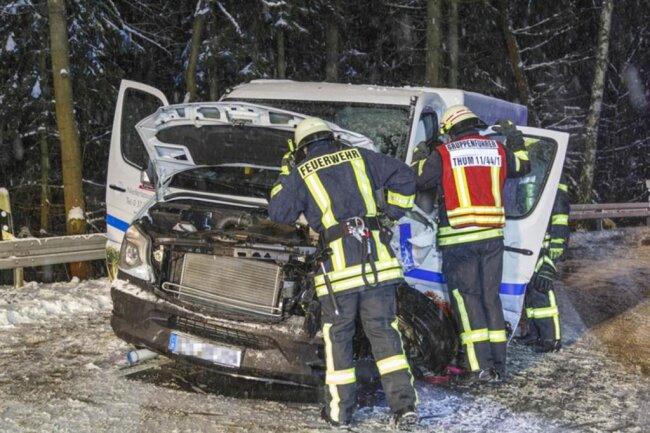 """<p>""""Beim Ausrücken waren die Straßen gefährlich glatt"""", bestätigte Einsatzleiter Thomas Hofmann von der Thumer Feuerwehr. Die B95 war für zirka drei Stunden wegen der Bergungsarbeiten voll gesperrt.</p>"""