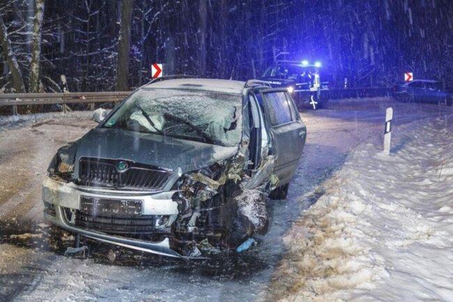 <p>Die Wehrleute haben die Fahrertür des Kombis entfernt, um den Verletzten aus seinem Wagen zu befreien. Beide Fahrer wurden bei dem Unfall leicht verletzt.</p>