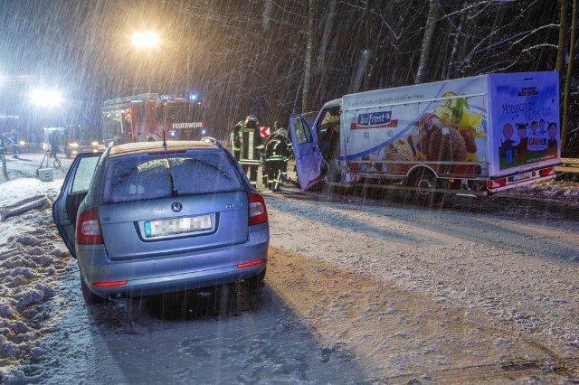 <p>Die Feuerwehr musste auf dem Weg zum Unfallort besonders vorsichtig fahren.</p>