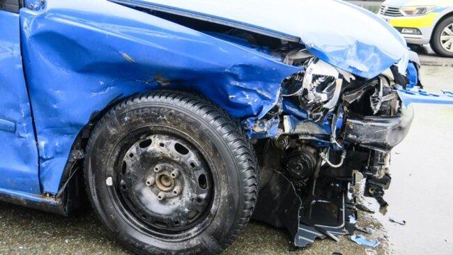 <p>Die B283 war wegen der Unfallaufnahme gesperrt. Schaden: 6000 Euro.</p>