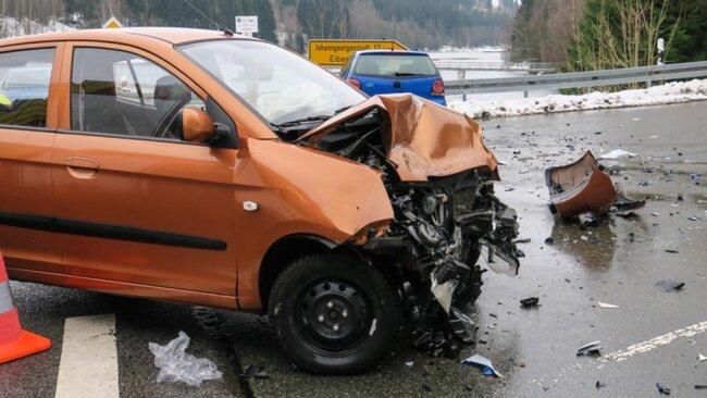 <p>Ein 20-Jähriger wollte mit seinem VW nach links in Richtung Eibenstock abbiegen und übersah den entgegenkommenden Kia einer 29-Jährigen.</p>
