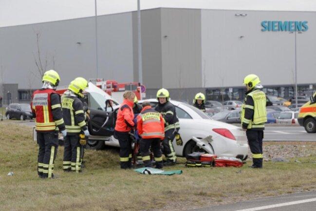 <p>Fahrer (53) und Beifahrerin (52) wurden im Peugeot eingeklemmt und mussten von der Feuerwehr befreit werden. Sie kamen mit schweren Verletzungen ins Krankenhaus. Der 47-jährige Fahrer des Volvo wurde bei dem Unfall leicht verletzt.</p>