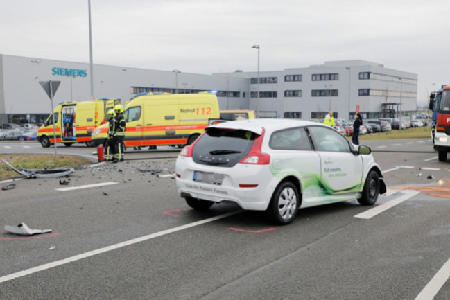 <p>Die Berufsfeuerwehr Chemnitz und die Freiwillige Feuerwehr Röhrsdorf waren mit insgesamt 9 Fahrzeugen und 19 Einsatzkräften vor Ort. Die Ermittlungen zur Unfallursache laufen.</p>