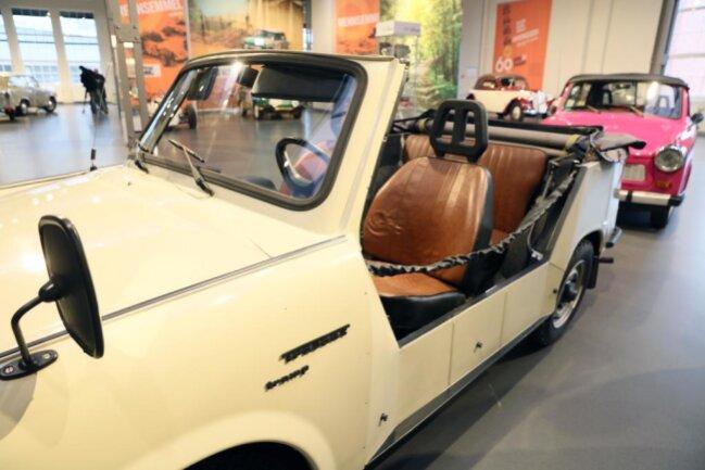 <p>Der Besucher erfährt, dass der DDR-Ministerratsvorsitzende Willi Stoph wohl im Trabant Tramp mit offenem Verdeck zu jagen pflegte. Zumindest war das Auto 1984 in Waren (Müritz) auf seinen Namen zugelassen worden, Stophs Jagdrevier.</p>