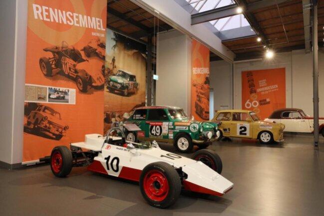 <p>Ein Wagen der Formel Junior 600, die 1978 eingeführt wurde, um junge Leute für den Motorsport zu begeistern. Laut Museumschef Thomas Stebich sind Motor und Achselemente Original-Trabiteile. 21 Exemplare zeigt die Ausstellung, die dank vieler Leihgeber zustande gekommen war.</p>