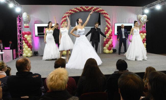<p>Am Sonntag wurden auf Modenschauen nicht nur weiße Brautkleider gezeigt...</p>