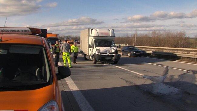 <p>Gegen 12.30 Uhr fuhr ein Transporter auf einen vorausfahrenden Schilderwagen der Autobahnmeisterei.</p>