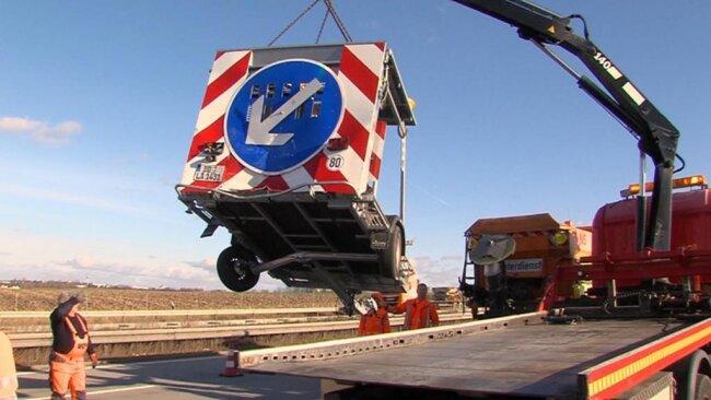 <p>Der Verkehr wurde wegen der Unfallaufnahme und Bergungsarbeiten auf der linken Spur in Richtung Dresden vorbeigeleitet.</p>