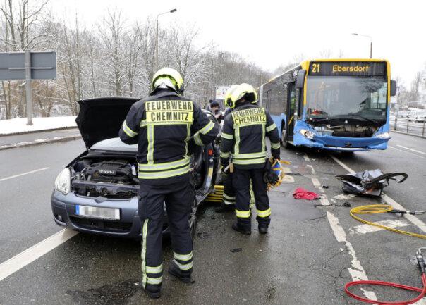<p>Ein Linienbus der CVAG ist am Sonntagnachmittag gegen 15.24 Uhr auf der Theaterstraße in Chemnitz mit einem Pkw kollidiert.</p>