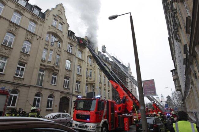 "<p xmlns:php=""http://php.net/xsl"">Der Brand brach am Morgen im Dachgeschoss des fünfgeschossigen Mehrfamilienhauses aus.</p>"
