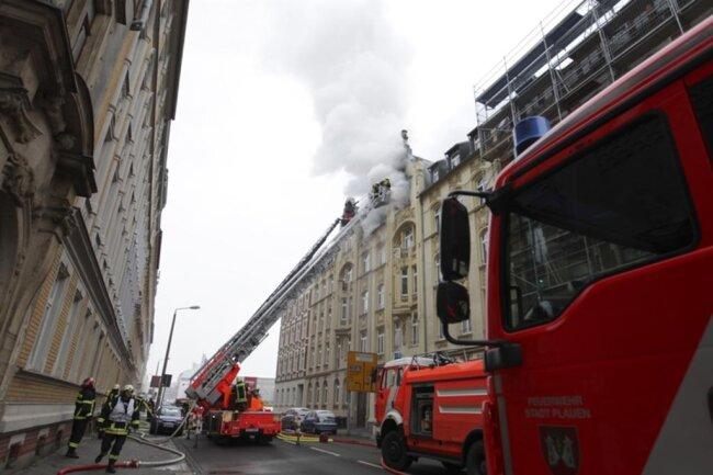 <p>Da es ganz oben im Haus gebrannt habe, hätten sich die Bewohner der darunterliegenden Wohnungen selbst ins Freie retten können, hieß es.</p>