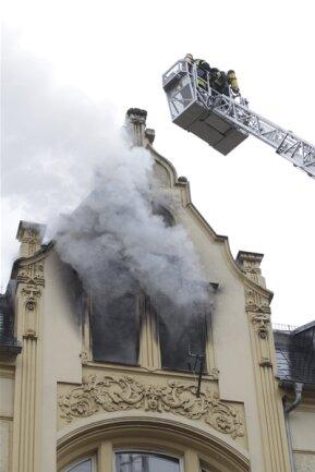 <p>Erst wenn die Feuerwehr das Haus wieder freigegeben habe, könnten Brandspezialisten der Polizei mit der Suche nach der Ursache des Feuers beginnen.</p>