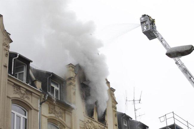 <p>Bereits Mitte Januar hatte es auf das jetzt vom Brand betroffene Haus einen Anschlagsversuch gegeben. Augenzeugen berichteten, im Keller des Hauses hätten drei Männer mit einer weißen Flasche hantiert. Als sie entdeckt wurden, seien sie weggelaufen.</p>