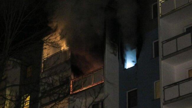 <p>Bei Ankunft der Feuerwehr brannte nach Auskunft des Einsatzleiters der Feuerwehr Schneeberg die Wohnung bereits vollständig.</p>