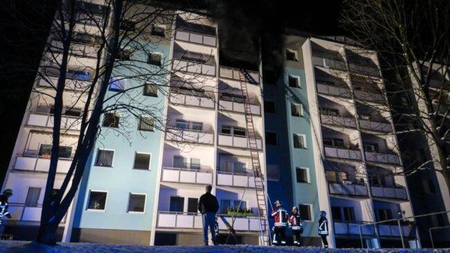 <p>Laut dem Einsatzleiter der Polizei werden am Dienstag Brandursachenermittler die Wohnung untersuchen.</p>