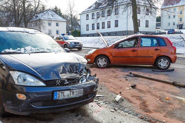 <p>Nach ersten Informationen soll ein Ford von der Fahrbahn der Hauptstraße abgekommen und gegen ein parkendes Auto gekracht sein.</p>