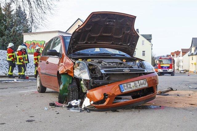 <p>Die Feuerwehr sicherte die Unfallstelle und band auslaufende Betriebsmittel ab.</p>
