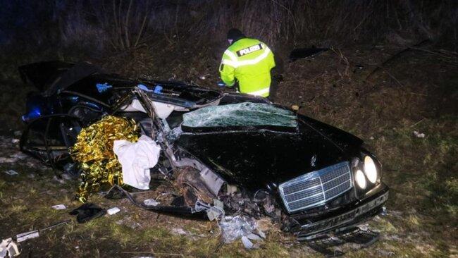 <p>Gegen 20.30 Uhr versuchte ein Mercedes-Fahrerhinter der Auffahrt Zwickau Ost einen Kleintransporter zu überholen, teilte die Polizei mit.</p>