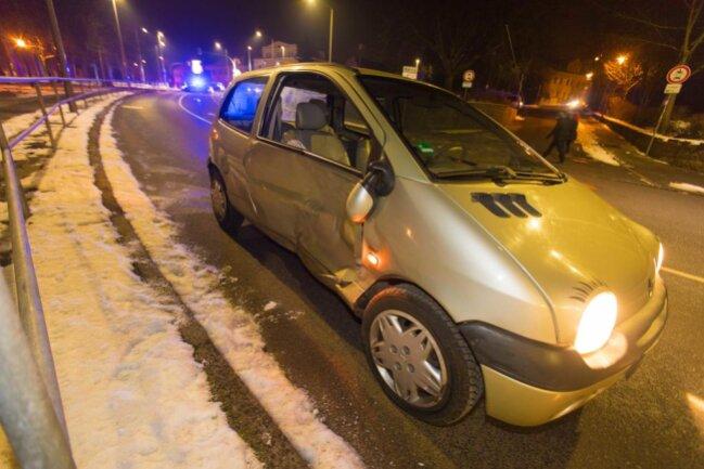 """<p xmlns:php=""""http://php.net/xsl"""">Sie und der 59-jährige Fahrer des zweiten Renaults kamen in ein Krankenhaus.</p>"""