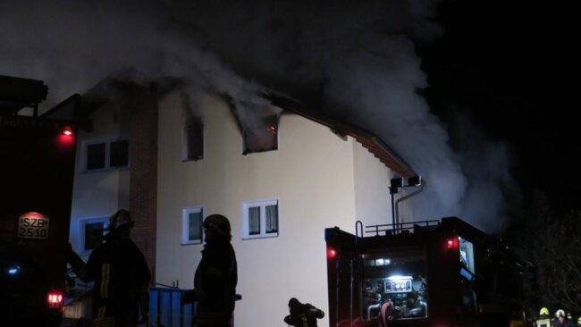 <p>Als die Feuerwehrleute eintrafen, standen das Obergeschoss und das Dach bereits in Flammen.</p>