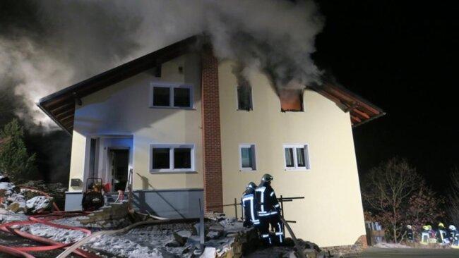 <p>Der Hausbesitzer selbst hatte gegen 19.15 Uhr die Feuerwehr alarmiert.</p>  <p></p>