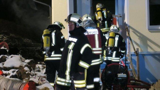 <p>Laut Lagezentrum der Polizei ist der Brand offenbar in einem Blockheizkraftwerk außerhalb des Gebäudes ausgebrochen und griff dann auf das Wohnhaus über.</p>