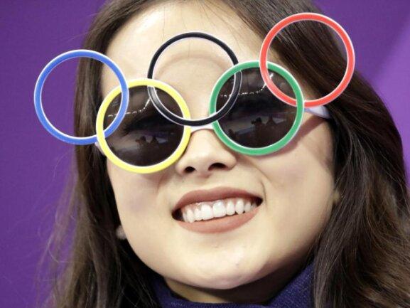 <p><b>Olympia-Fieber</b><br /> In Südkorea sind die Fans schon voll im Olympia-Fieber - wie diese Dame beim Eiskunstlauf in Gangneung. Foto: Bernat Armangue/AP<br /> 09.02.2018 (dpa)</p>