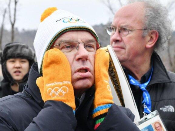 <p><b>Ist das kalt!</b><br /> IOC-Präsident Thomas Bach wartet bei Minus-Temperaturen aus Deutschland, wartet auf die Übernahme der olympischen Fackel. Foto: kyodo<br /> 09.02.2018 (dpa)</p>