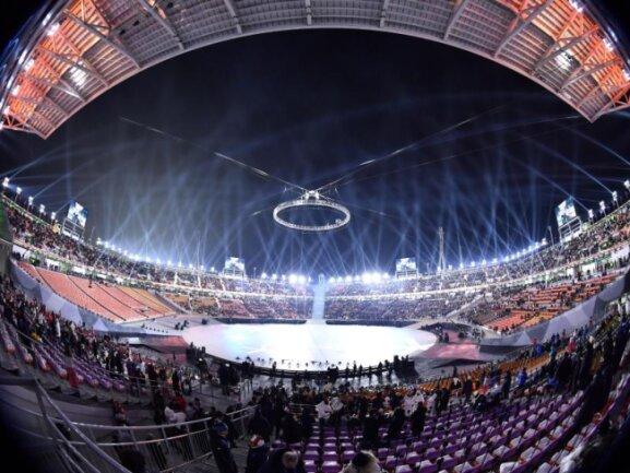 <b>Eröffnungsfeier</b><br/>Let the Games begin:Die ersten Besucher kommen ins Olympiastadion. Foto: Peter Kneffel<br/>09.02.2018 (dpa)