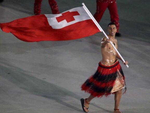 <b>Blanke Brust</b><br/>Skilangläufer Pita Taufatofua aus Tonga trägt die Flagge seines Landes mit bloßem Oberkörper. Foto: Sean Haffey<br/>09.02.2018 (dpa)