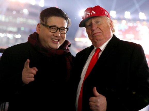 <b>Doppelgänger</b><br/>Doppelgänger von US-Präsident Donald Trump (r) und dem nordkoreanischen Machthaber Kim Jong Un während der Eröffnungsfeier der Olympischen Winterspiele 2018 in Pyeongchang. Foto: Mike Egerton<br/>09.02.2018 (dpa)