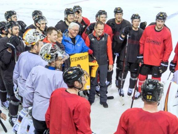<b>Hoher Besuch</b><br/>Bundespräsident Frank-Walter Steinmeier besuchte das Training der deutschen Eishockey-Nationalmannschaft in Gangneung. Foto: Peter Kneffel<br/>10.02.2018 (dpa)