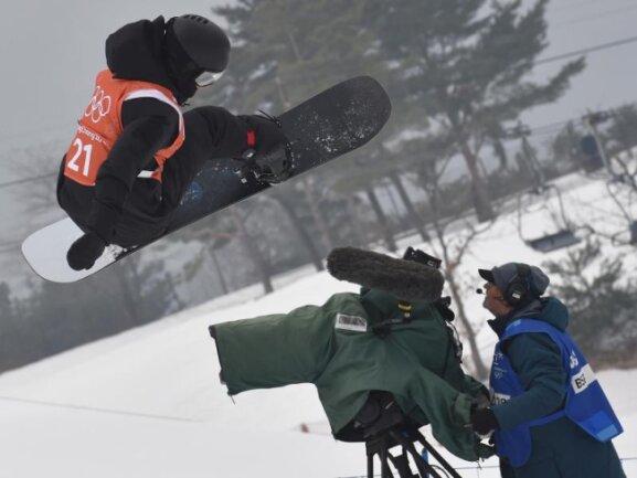 """<b>Schräglage</b><br/>Nikita Avtaneev vom Team """"Olympischer Athleten aus Russland"""" springt im Training über einen Kameramann. Foto: Angelika Warmuth<br/>10.02.2018 (dpa)"""