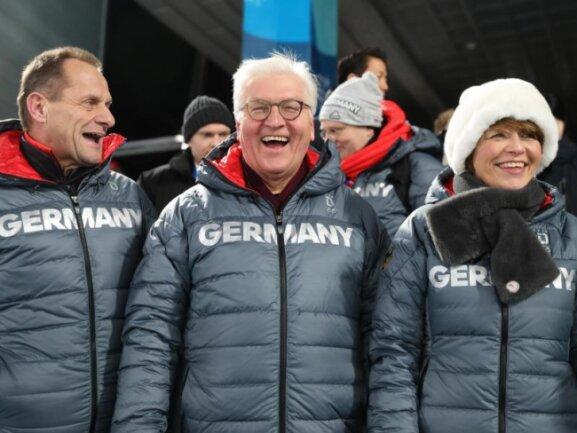 <b>Freude pur</b><br/>Bundespräsident Frank-Walter Steinmeier (M) freut sich mit seiner Frau Elke Büdenbender und Alfons Hörmann über die Goldmedaille für Biathletin Laura Dahlmeier. Foto: Michael Kappeler<br/>10.02.2018 (dpa)