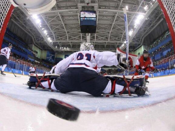 <b>Treffer!</b><br/>Die Schweizer Eishockeyspielerin Alina Müller (r) jubelt über ihren Treffer gegen das Vereinte Olympiateam Korea. Foto: Bruce Bennett/Pool Getty Images/AP<br/>11.02.2018 (dpa)