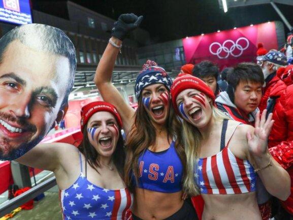 <b>Stars'n'Stripes</b><br/>US-Fans feuerten wild den amerikanischen Rodler Christopher Mazdzer an. Es lohnte sich: Mazder gewann Silber. Foto: Daniel Karmann<br/>11.02.2018 (dpa)