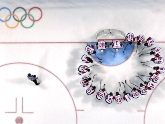 <b>Kreis auf dem Eis</b><br/>Die Spielerinen des japanischen Eishockey-Teams stimmen sich vor Beginn auf das Spiel gegen die Schweizerinnen ein. Foto: -<br/>12.02.2018 (dpa)