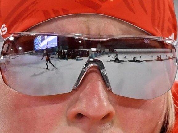 <b>Durchblick</b><br/>Der Schießstand spiegelt sich in der Brille von Biathletin Franziska Hildebrand. Foto:Hendrik Schmidt<br/>12.02.2018 (dpa)