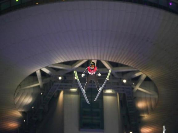 <b>Abgehoben</b><br/>Die Deutsche Katharina Althaus springt in Pyeongchang zu Silber - nur Gold oder Fliegen ist schöner. Foto: Daniel Karmann<br/>12.02.2018 (dpa)