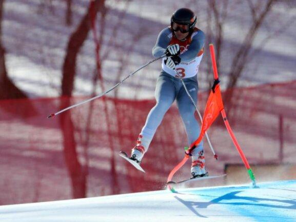 <b>Vorsicht, Sturzgefahr!</b><br/>Pawel Trichitschew vom Team «Olympischer Athleten aus Russland» verhakt seinen Ski in einem Tor und stürzt während einer Abfahrt im Jeongseon-Alpin-Zentrum. Trichitschew musste nach dem Sturz medizinisch versorgt werden. Foto: Michael Kappeler<br/>13.02.2018 (dpa)